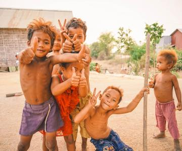 Fotografía. Tres niños sin camiseta jugando felices