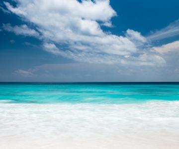 Imagen de playa en verano ilustrando articulo consejos salud para viajar en verano