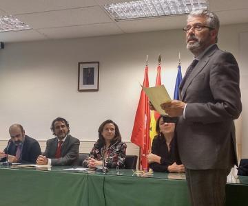 El director general de la Fundación Espriu, Carlos Zarco, recoge el galardón